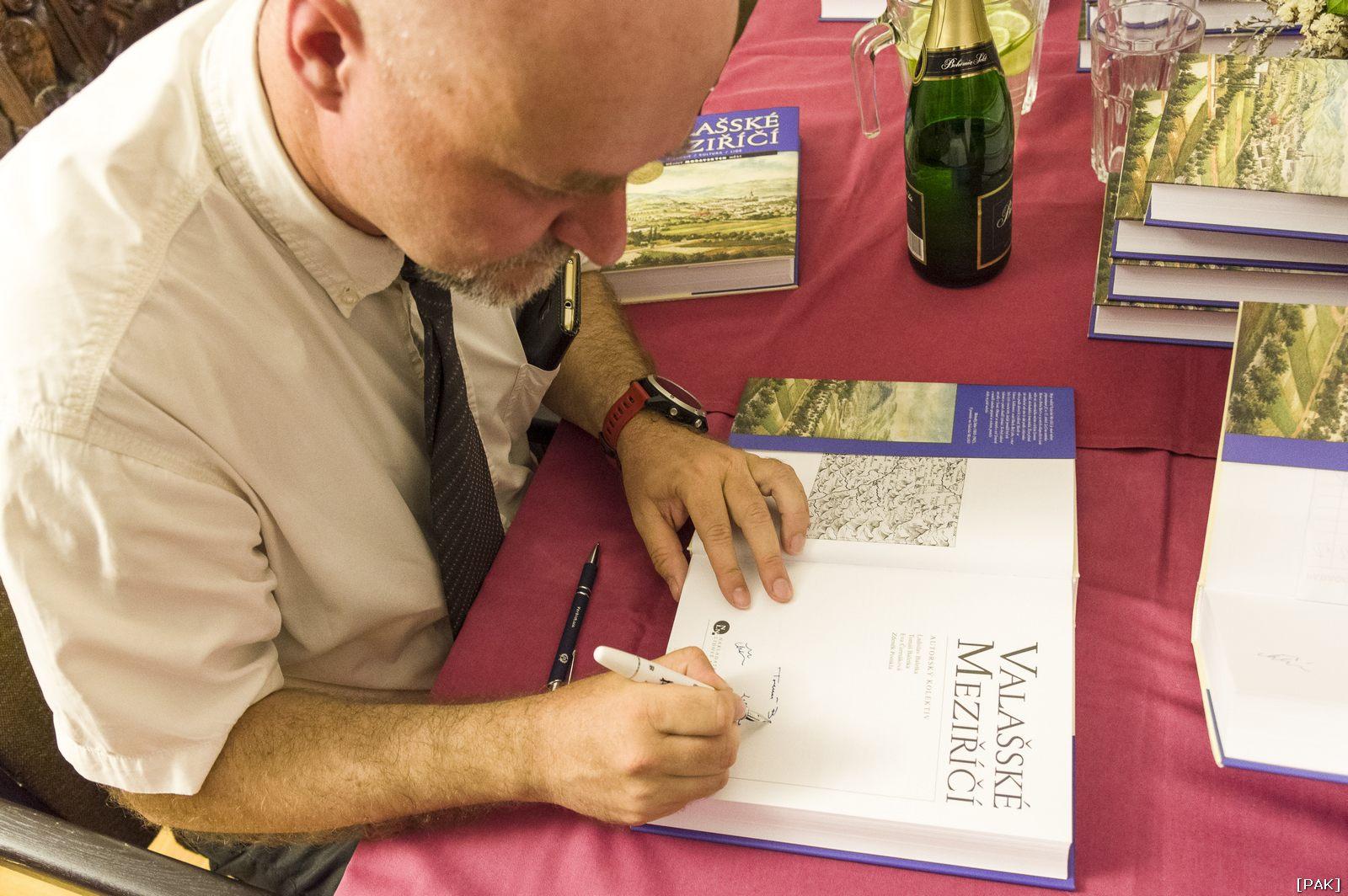 Tomáš Baletka při křtu knihy Valašské Meziříčí