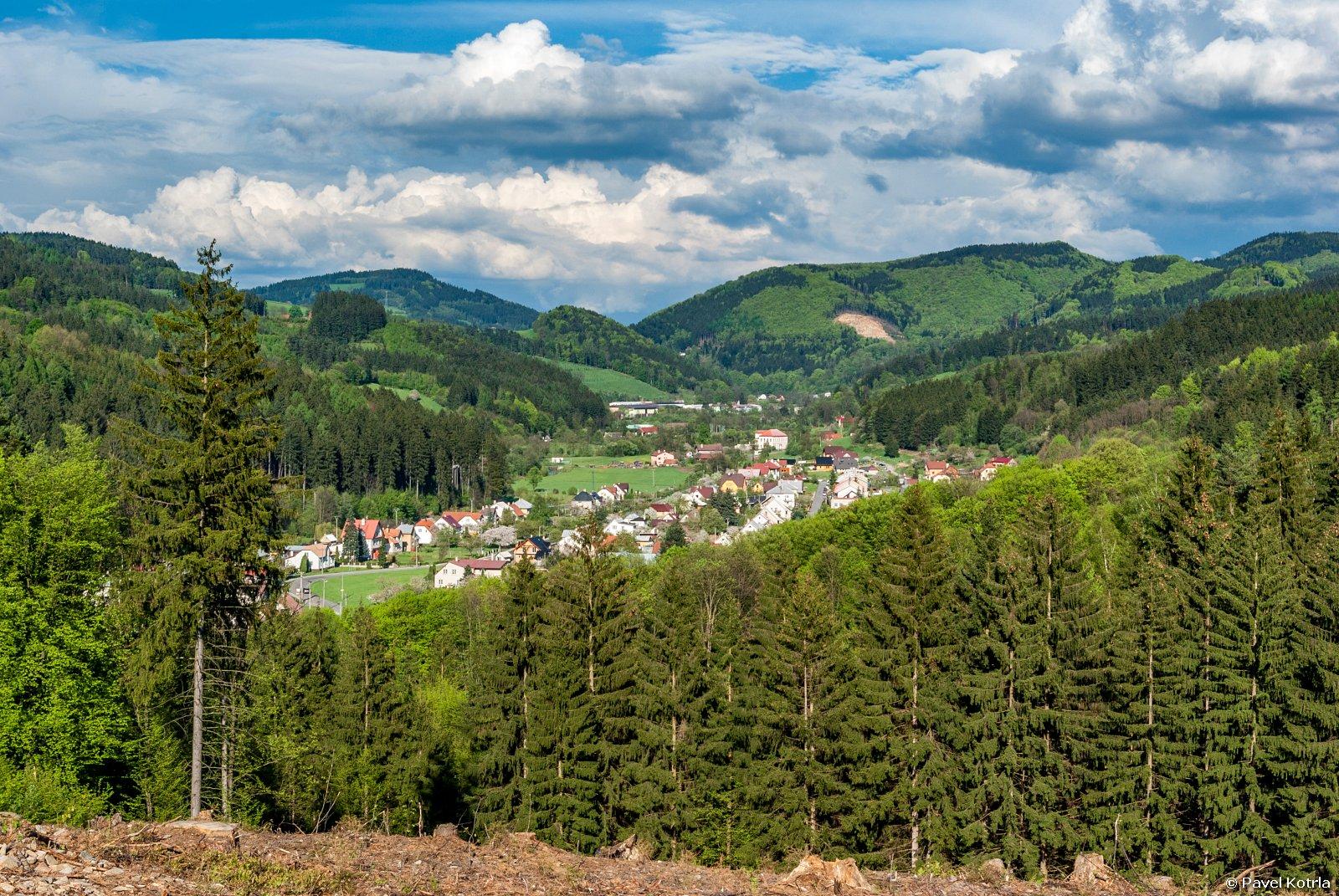 Letní pohled na Bystřičku z Vaňkova vrchu směrem ke Klenovu