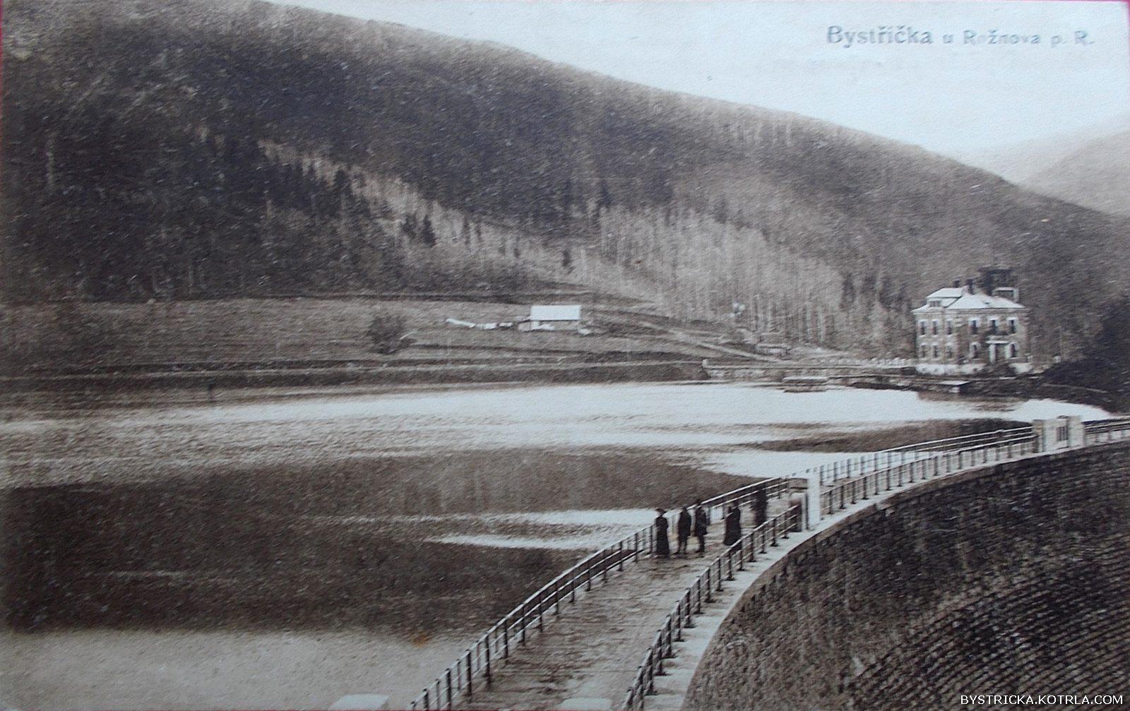 Plně napuštěná přehrada Bystřička krátce po svém dokončení